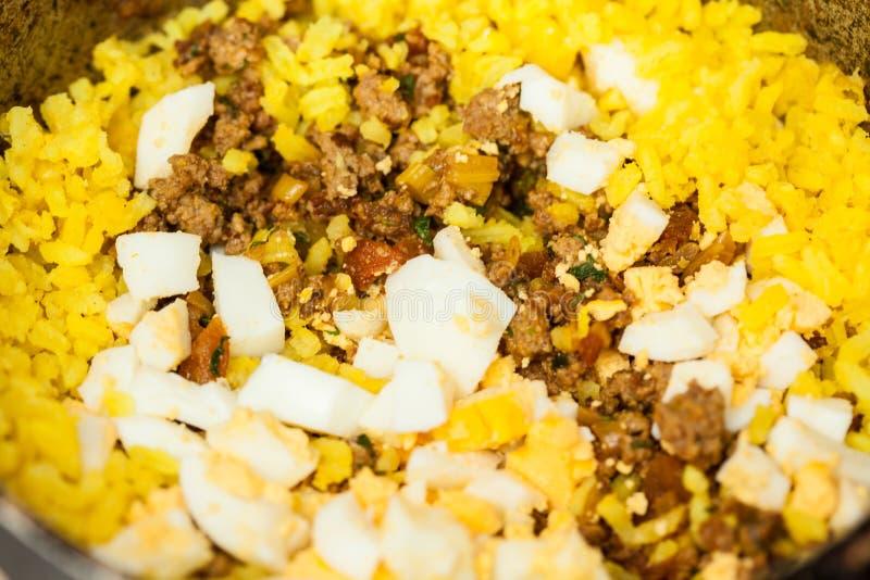 Vorbereitungsschritte des traditionellen kolumbianischen Tellers nannten angefüllte Kartoffeln stockbild