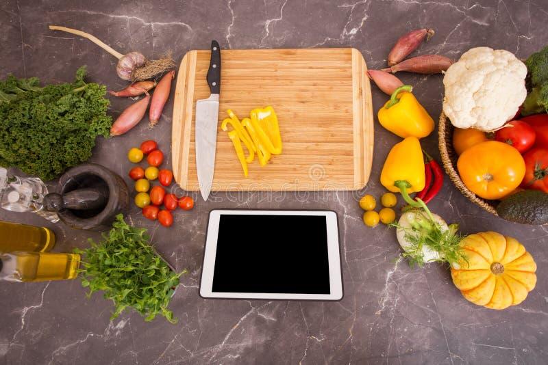 Vorbereitungstabelle in der Küche für das Kochen mit tragbarem Gerät stockbilder