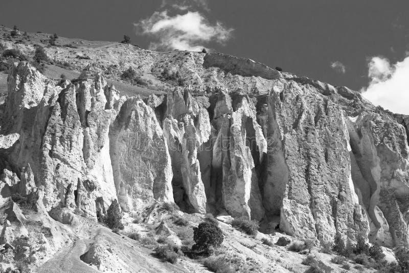 Vorberge des Pamirs auf Tadschikistan in den Schwarzweiss-Farben lizenzfreie stockbilder