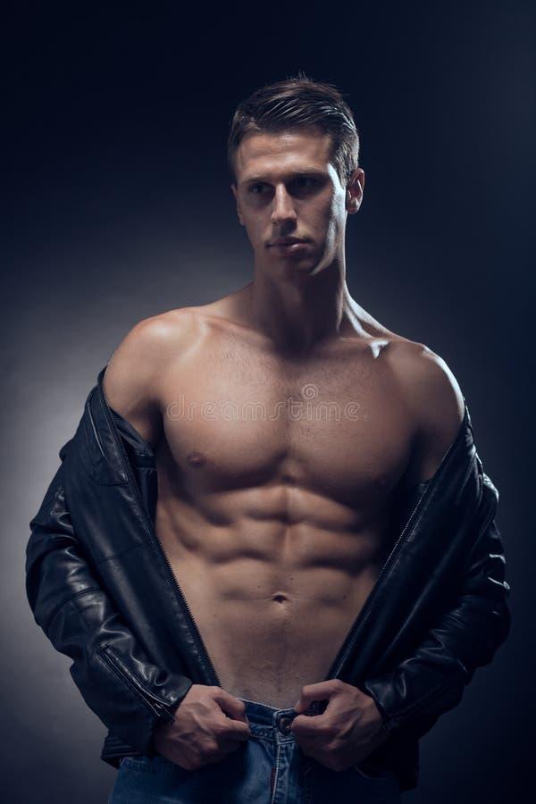 Vorbildliche Aufstellung der Eignung, muskulöser ABSkasten, Schuss des oberen Körpers, ein y lizenzfreie stockbilder