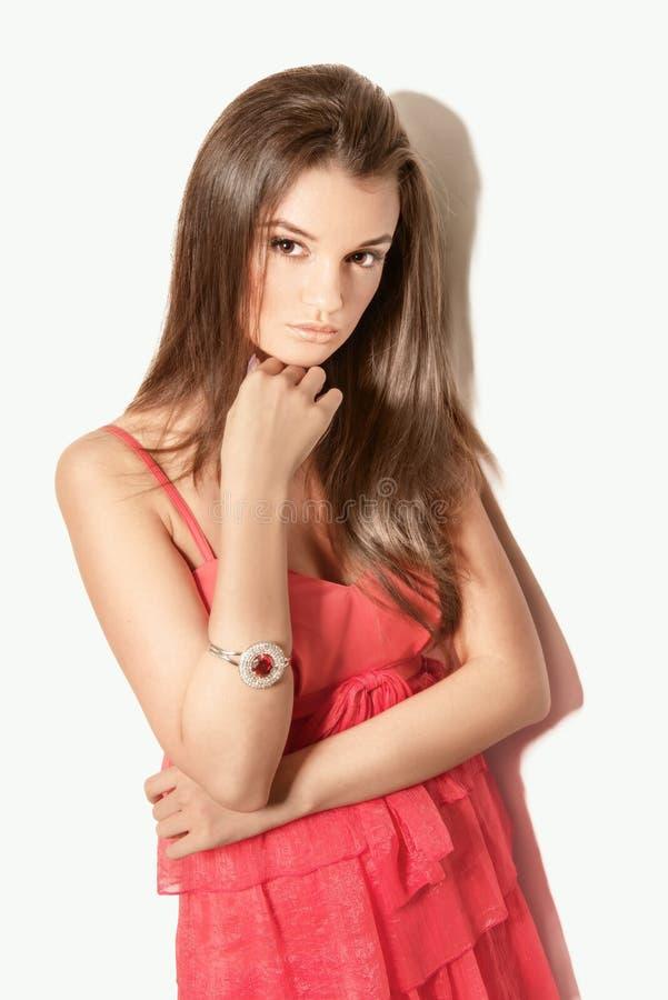 Vorbildliche Aufstellung der schönen Brunettefrau im roten Kleid stockbilder