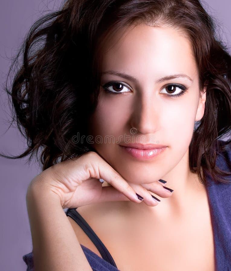 Vorbildliche Aufstellung des attraktiven jungen Brunette stockbild