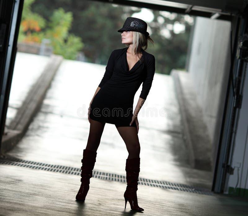 Vorbildliche Aufstellung des blonden weiblichen Fotos stockbilder