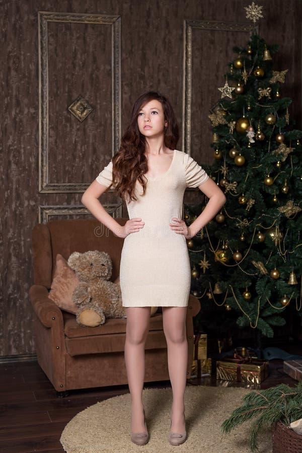 Vorbildliche Aufstellung des Mädchens in einem neues Jahr ` s Studio mit Weihnachtsdekorationen stockbild