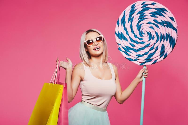 Vorbildliche Aufstellung mit mit Bonbons und Einkaufstaschen stockbilder