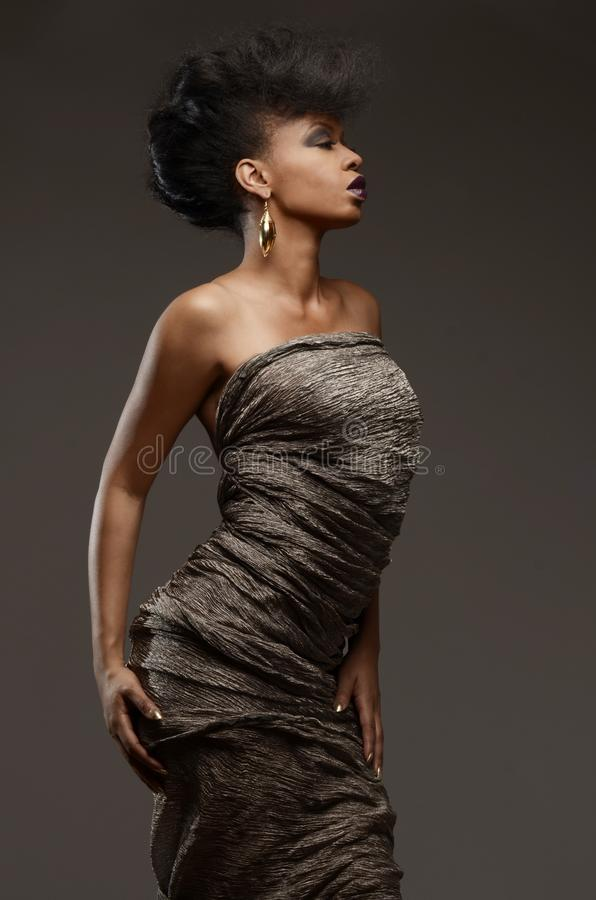 Vorbildliche Aufstellung Superhaute couture Afroamerikaners in einem Metallkleid lizenzfreies stockfoto