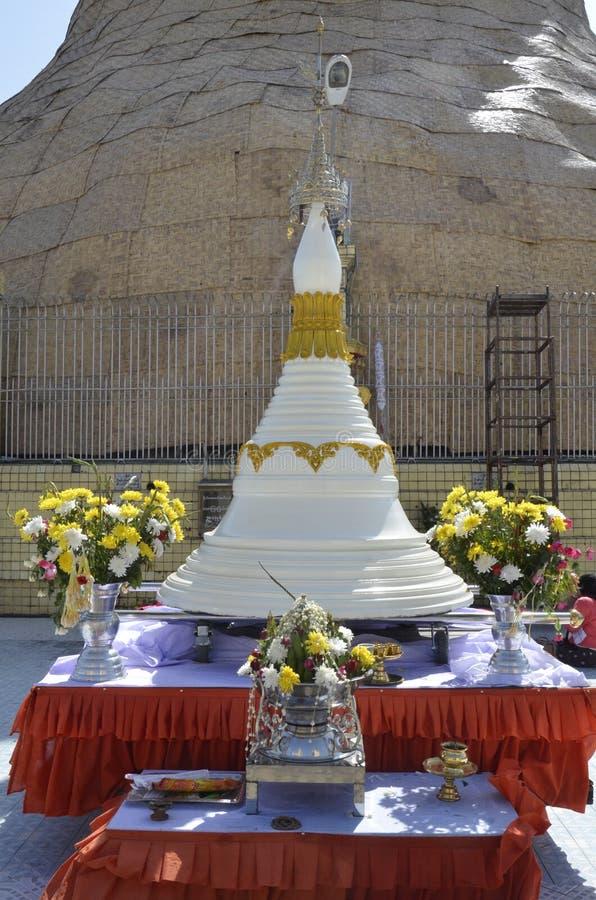 Vorbildliche The Botataung Pagoda stockfotografie