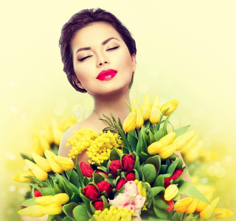 Vorbildliche Frau der Schönheit mit Frühlingsblumen stockfotografie