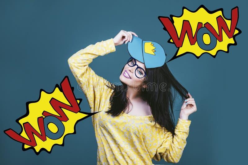 Vorbildliche Frau jung und schön im Stil der Pop-Art auf einem Blauen lizenzfreie stockfotos