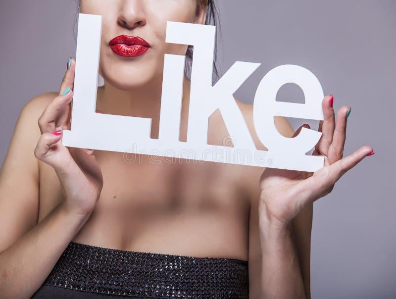 Vorbildliche Frau mit den roten Lippen mit weißen Buchstaben MÖGEN lizenzfreies stockfoto