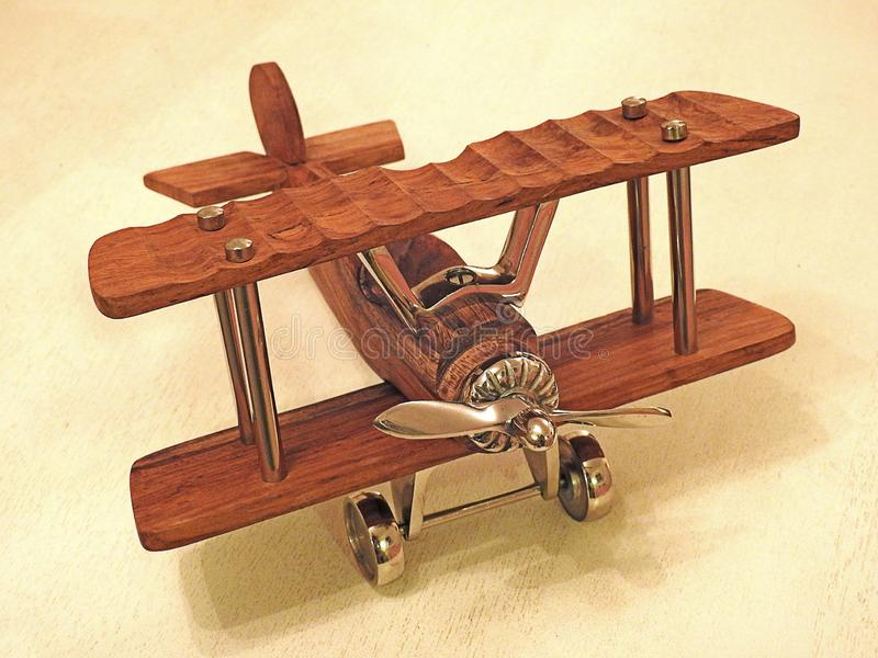 Vorbildliche hölzerne Spielzeugflugzeug-Doppeldeckerweinlese stockfotos