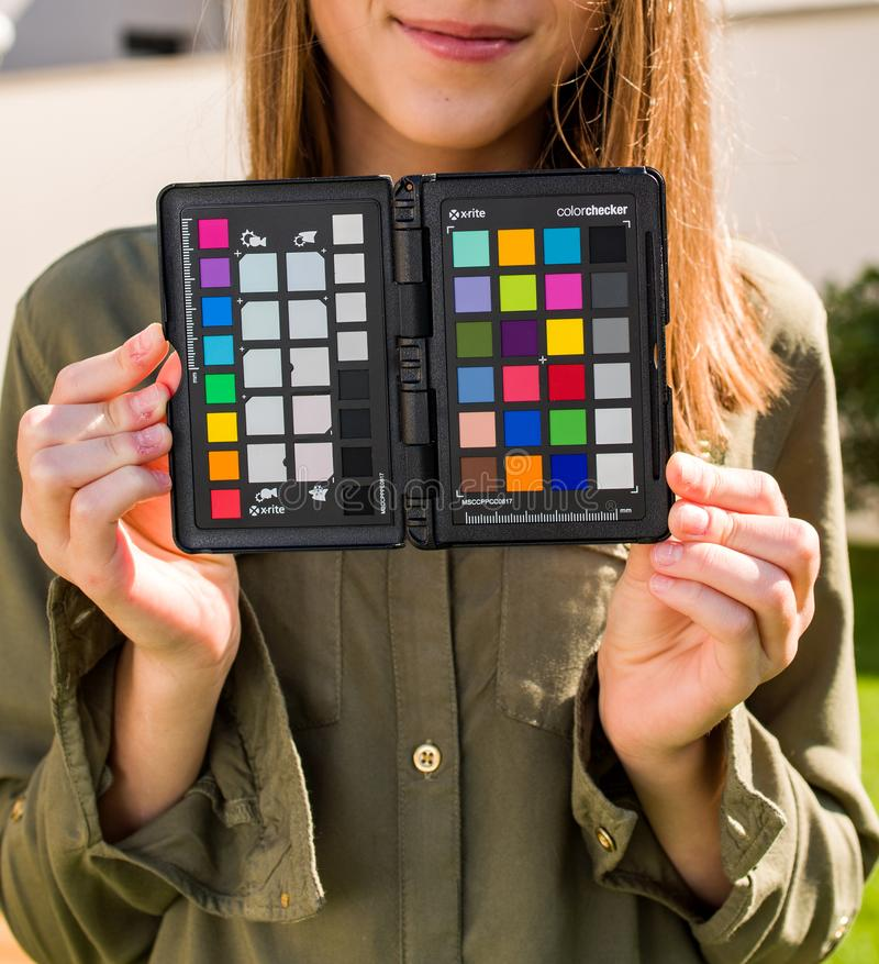 Vorbildliche Holding, bevor ein Farbbezugsziel durch X photshooting lizenzfreies stockfoto