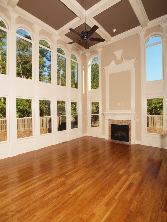 Vorbildliche Luxuxhauptinnenwohnzimmerfenster stockfoto