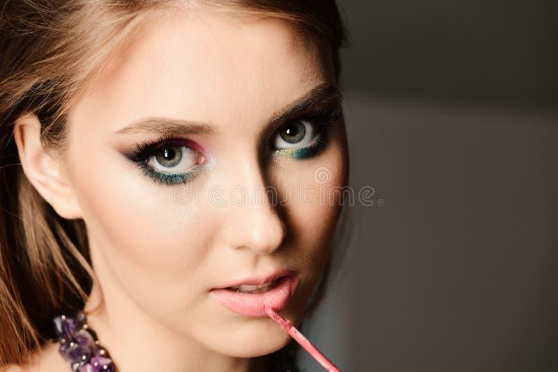 Vorbildliche Malereilippen mit Lipgloss mit verlockendem Gesichtsausdruck stockbilder