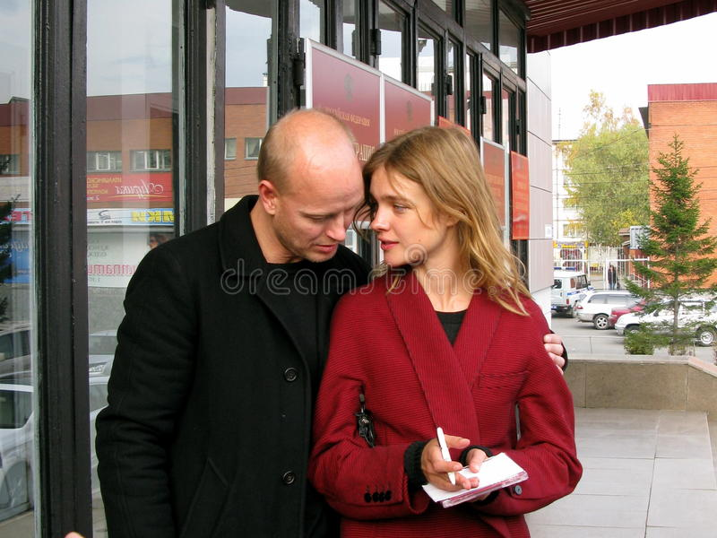 Vorbildliche Natalia Vodjanova und Lord Justin Portman stockbild