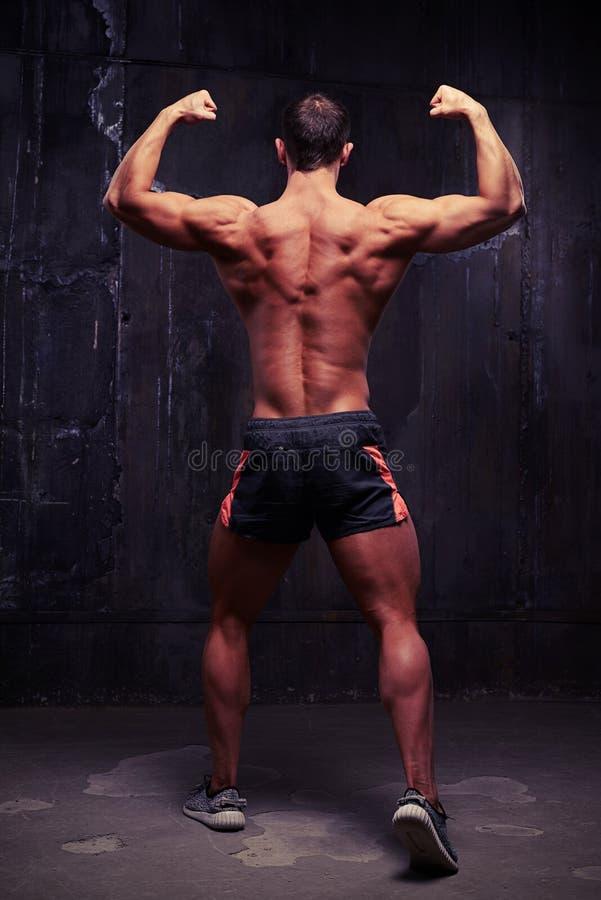 Vorbildliche Stellung der männlichen Eignung mit seinem zurück zu der Kamera im bodyb lizenzfreie stockbilder