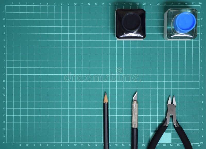 Vorbildliche Tool-Kit-Plastiktinte der Draufsicht, Kunstmesser, Zangen auf dem Schnitt des Platten- und Kopienraumes schneiden lizenzfreies stockbild