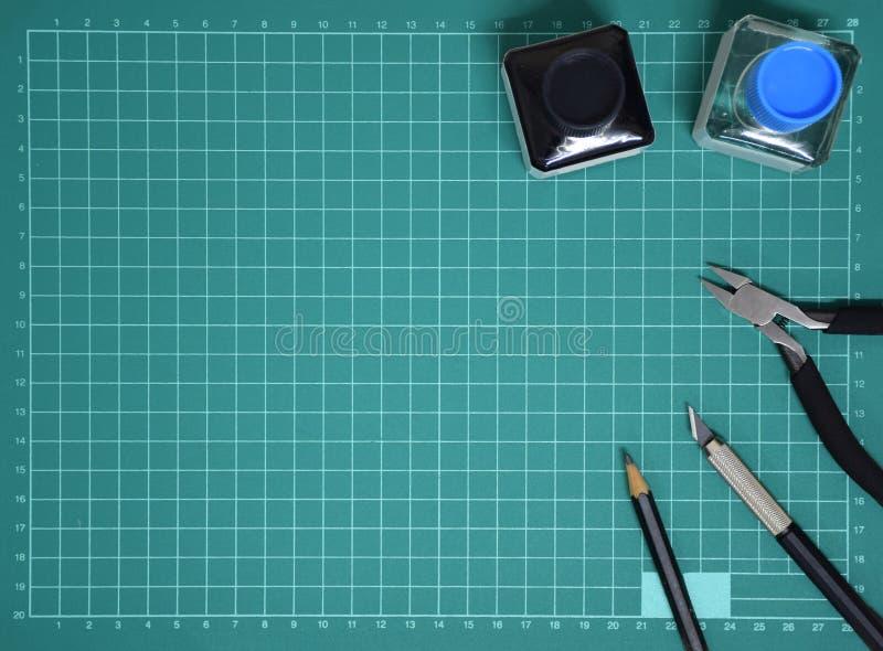 Vorbildliche Tool-Kit-Plastiktinte der Draufsicht, Kunstmesser, Zangen auf dem Schnitt des Platten- und Kopienraumes schneiden lizenzfreie stockfotos