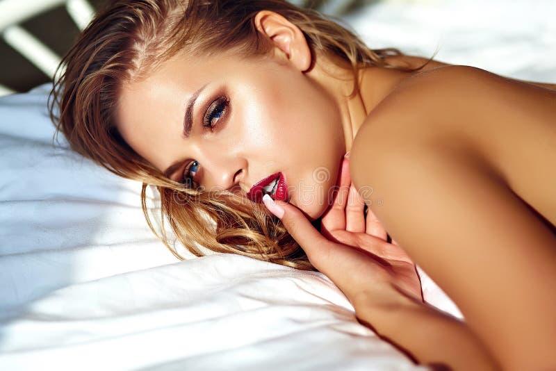 Vorbildliche tragende erotische Wäsche der sexy Brunettefrau stockfoto