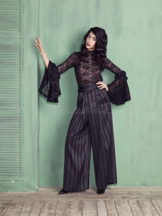 Vorbildliche tragende schwarze troussers und Bluse lizenzfreies stockbild