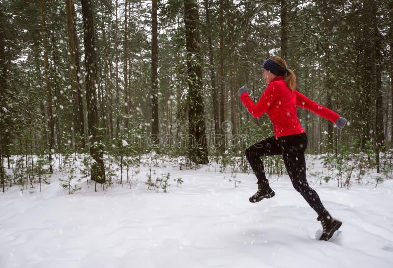 Vorbildlicher Betrieb der Eignung der jungen Frau in einem Stadtpark Laufende Übung des Winters stockbild
