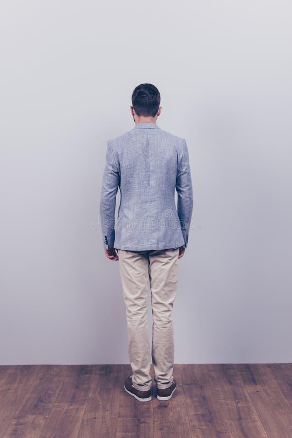 Vorbildlicher Schnellschuß Foto in voller Länge, hintere Ansicht, Kerl in einem formalen w lizenzfreies stockbild