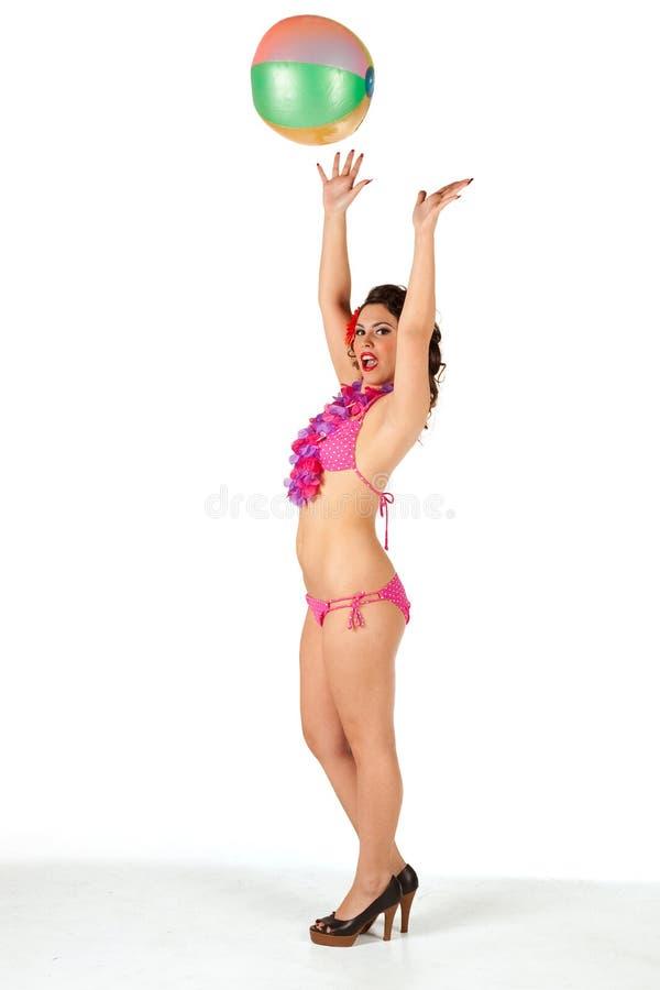 Vorbildlicher werfender Wasserball des Bikinis lizenzfreies stockfoto