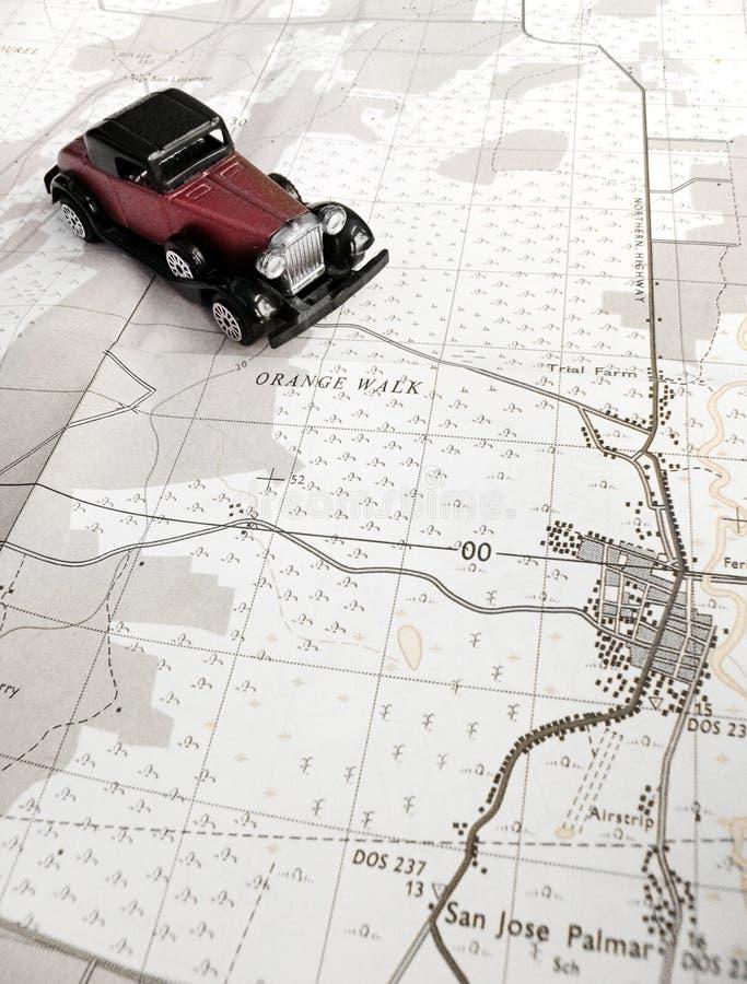 Vorbildliches Auto und Karte der Weinlese lizenzfreies stockbild