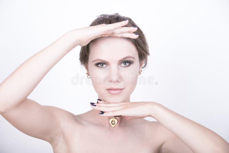Vorbildliches Foto der Kosmetik mit klarem Gesicht lizenzfreie stockfotos