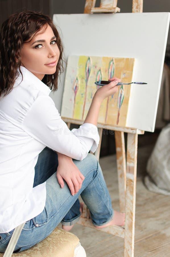Vorbildliches Frauenporträt der Schönheit mit gelocktem braunhaarigem lizenzfreie stockfotos
