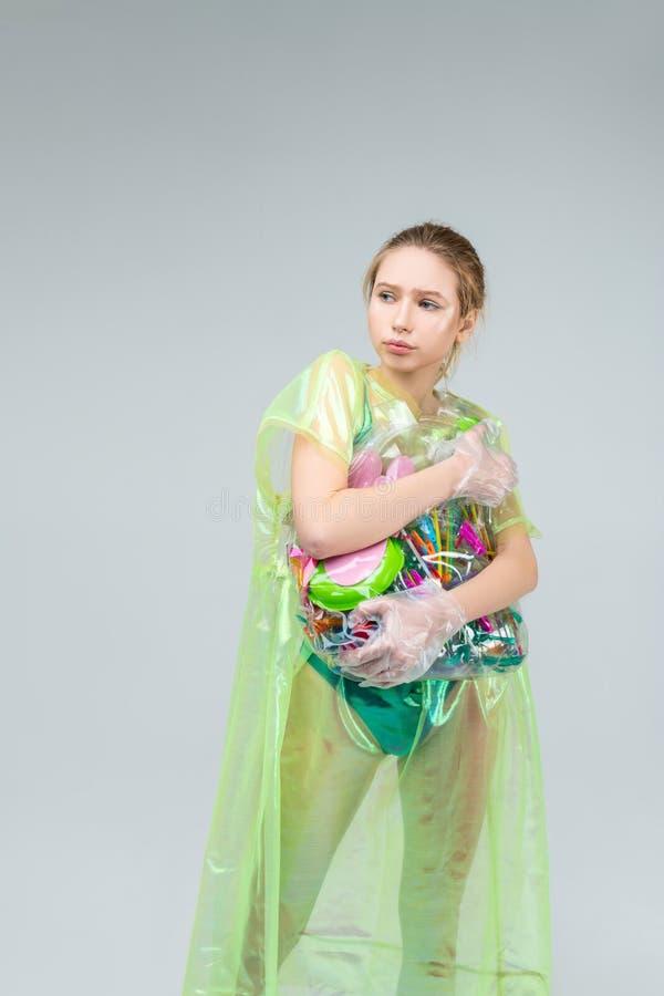 Vorbildliches Gefühl bei der Aufstellung motiviert mit Plastik in den Händen lizenzfreies stockbild