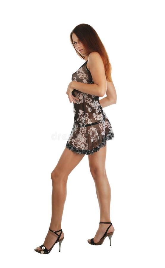 Vorbildliches Gehen in das kurze Kleid, getrennt auf Weiß stockbilder
