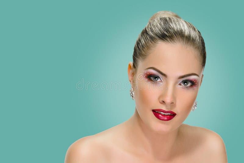 Vorbildliches Gesicht, Lippenmake-up, Ohrring lizenzfreies stockbild
