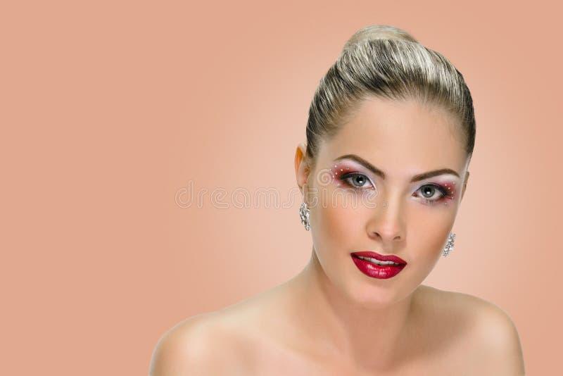 Vorbildliches Gesicht, Lippenmake-up, Ohrring stockfoto