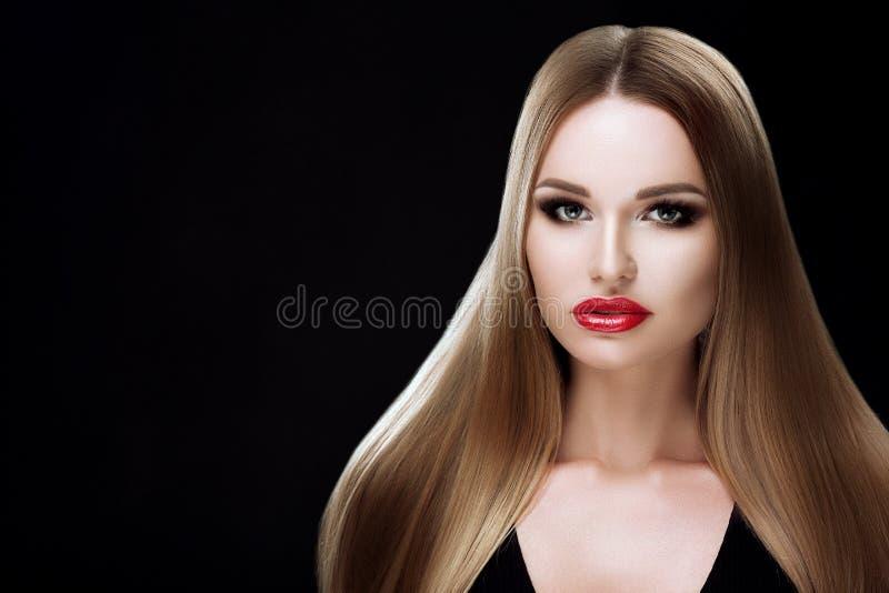 Vorbildliches Mädchen der Schönheit mit dem gesunden blonden gestreiften Haar Schöne Blondine mit hellem Make-up, glänzendes gera stockfotografie