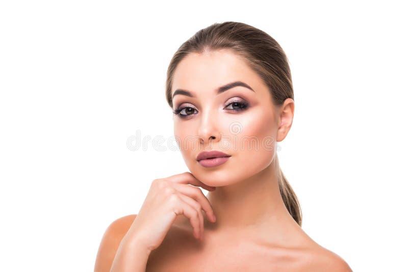 Vorbildliches Mädchen der Schönheit mit dem perfekten Make-up, welches die Kamera lokalisiert über Weiß betrachtet Porträt der at stockbilder