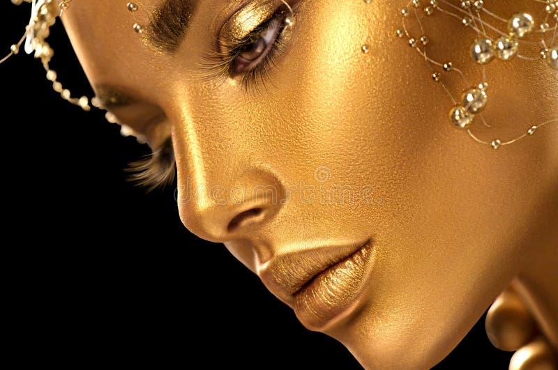 Vorbildliches Mädchen der Schönheit mit Feiertagsgoldenem glänzendem Berufsmake-up Goldschmuck und -Zubehör stockbilder