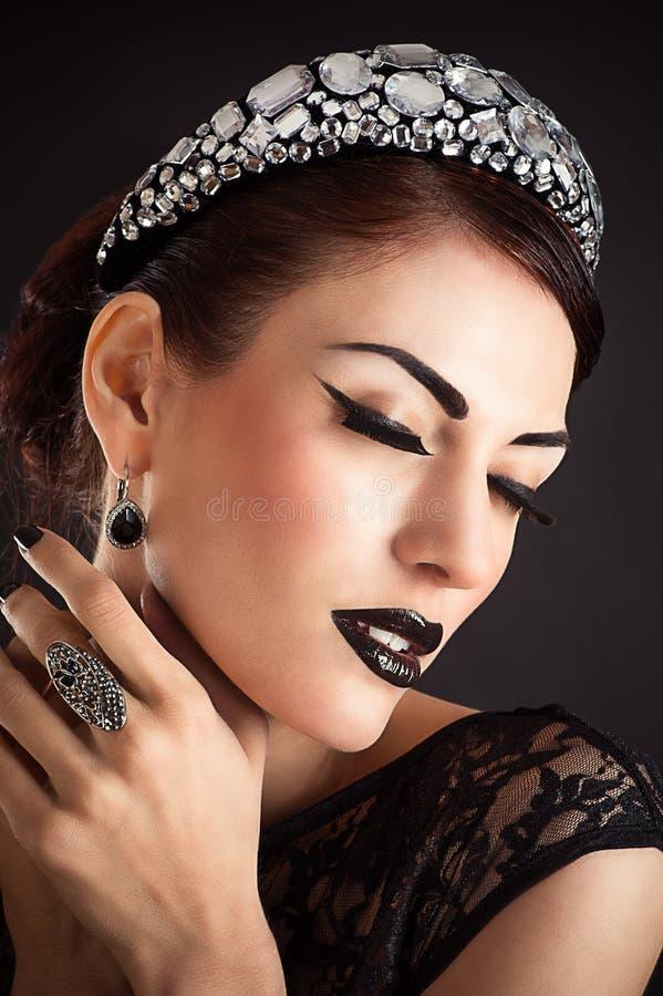 Vorbildliches Mädchen der Schönheit mit Schwarzem bilden lizenzfreie stockfotografie