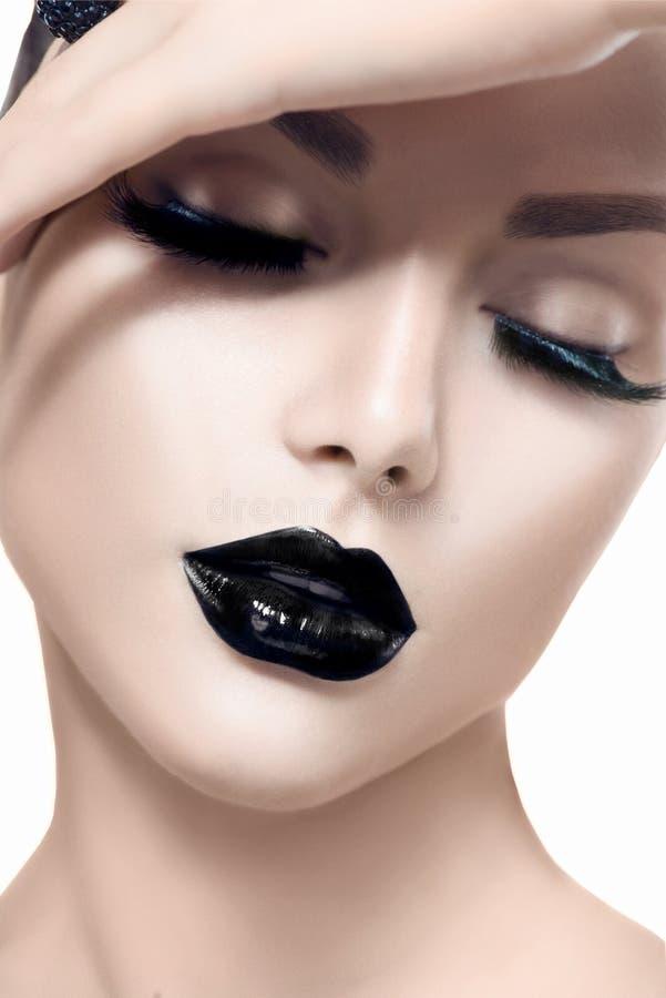 Vorbildliches Mädchen der Schönheit mit schwarzem Make-up lizenzfreie stockfotos