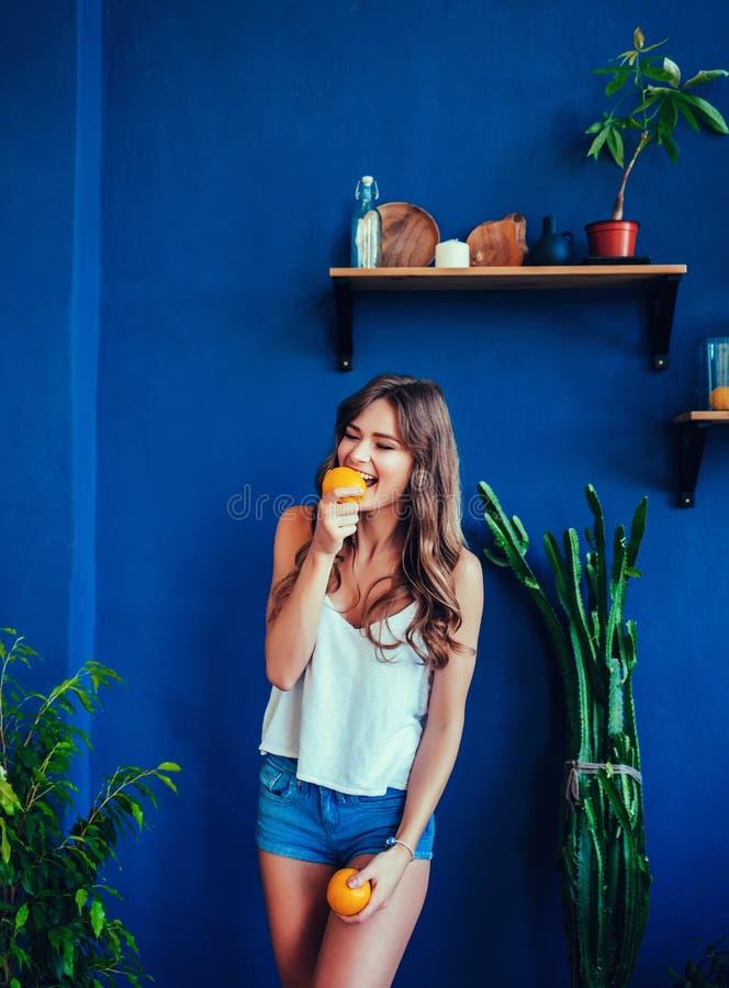 Vorbildliches Mädchen der Schönheit nimmt saftige Orangen lizenzfreie stockfotos