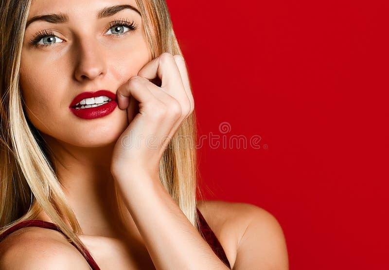 Vorbildliches Mädchen der sexy Frauen in Liebe Valentinstag mit rote Lippen erstaunliche blaue Augen betäubend lizenzfreie stockfotos