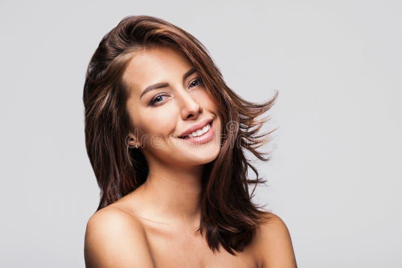 Vorbildliches Mädchen des hübschen Badekurortes mit perfekter frischer sauberer Haut Nacktes Make-up stockfotografie