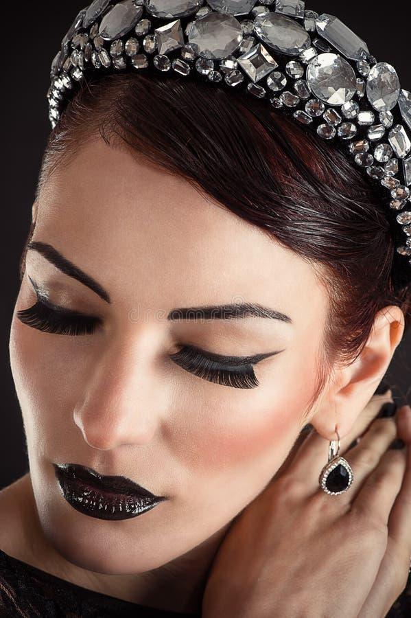 Vorbildliches Mädchen mit schwarzem Make-up und den langen Wimpern lizenzfreie stockbilder