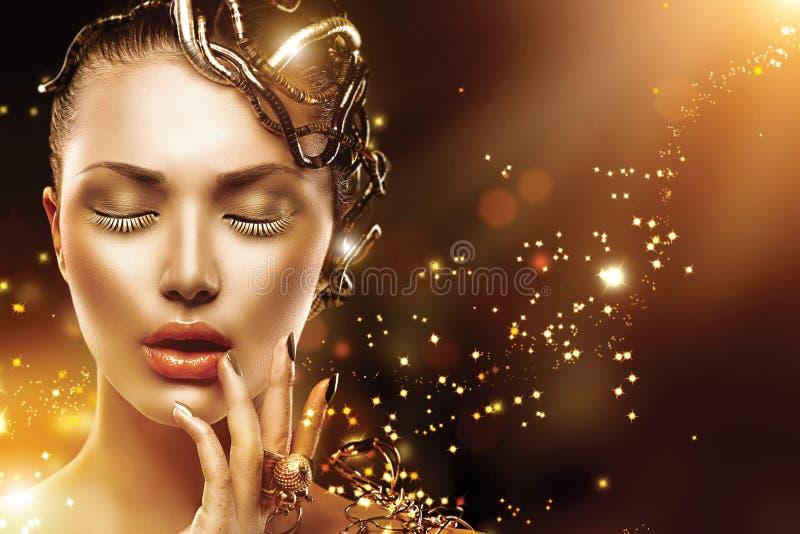 Vorbildliches Mädchengesicht mit Goldmake-up und -Zubehör stockfoto