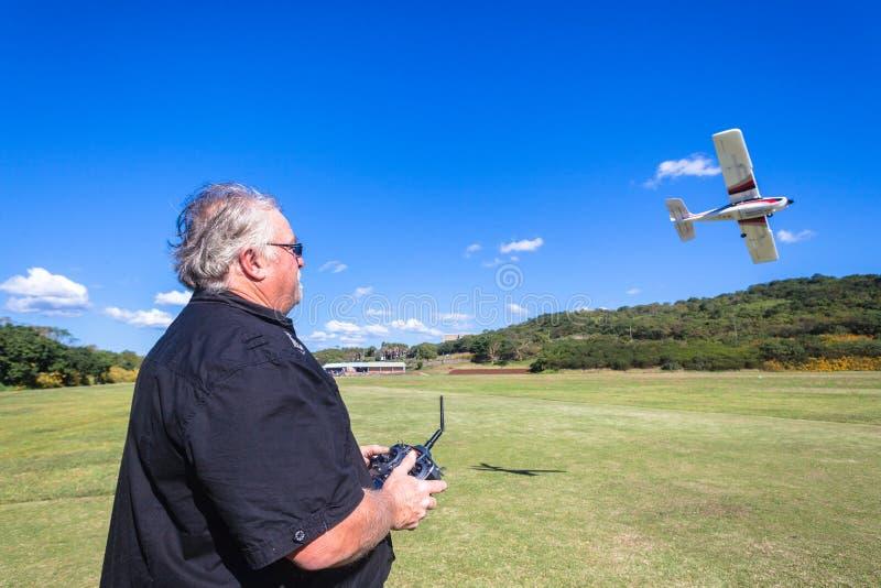Vorbildliches Plane Pilot Flying-Feld lizenzfreies stockfoto