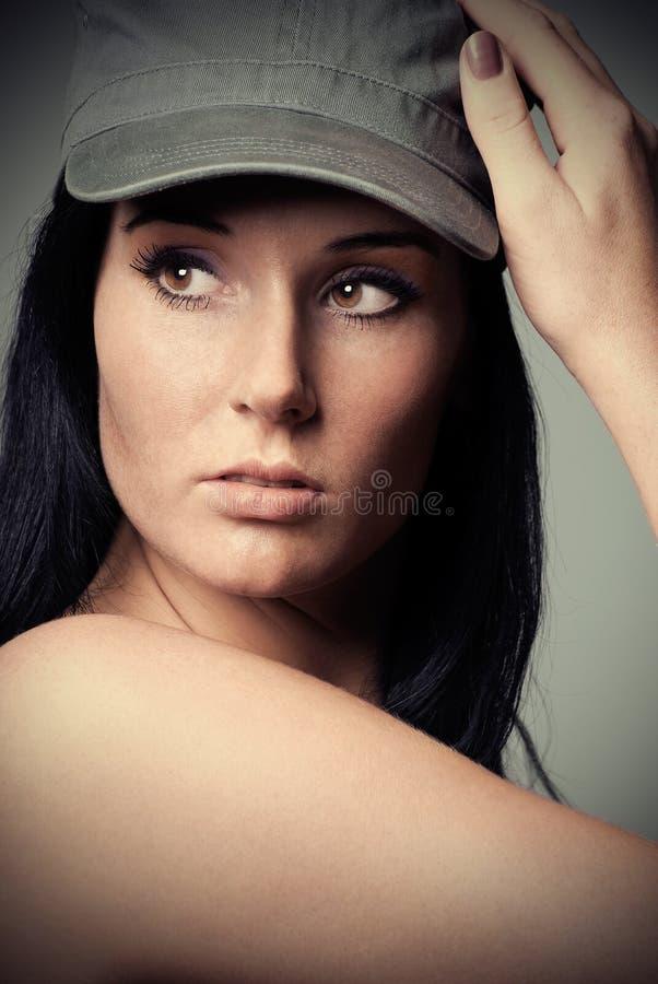 Vorbildliches Portrait mit Schutzkappe lizenzfreies stockbild