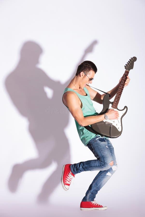 Vorbildliches Schaukeln auf eine E-Gitarre stockfotografie