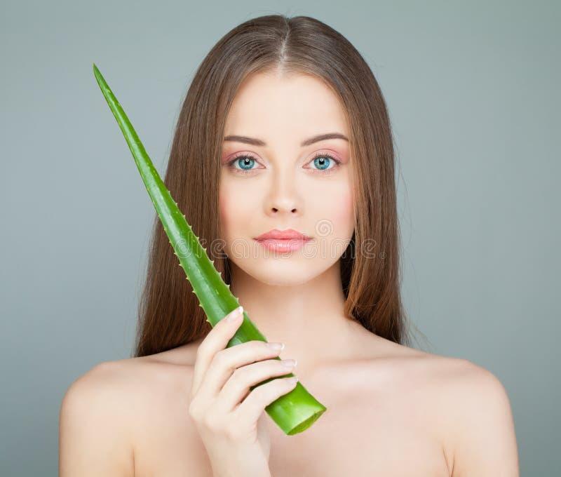 Vorbildliches Woman mit nettem Gesicht, frischer Haut und Grün-Aloe-Blatt stockfotografie