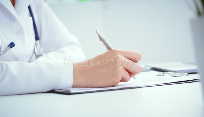 Vorderansicht der Ärztin Patientenanamneseliste des silbernen Stiftes an der Klemmbrettauflage halten füllende Körperliche Prüfun lizenzfreies stockfoto