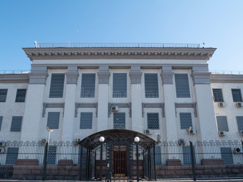 Vorderansicht der Fassade der Botschaft der Russischen Föderation in der ukrainischen Hauptstadt Kiew lizenzfreie stockfotos